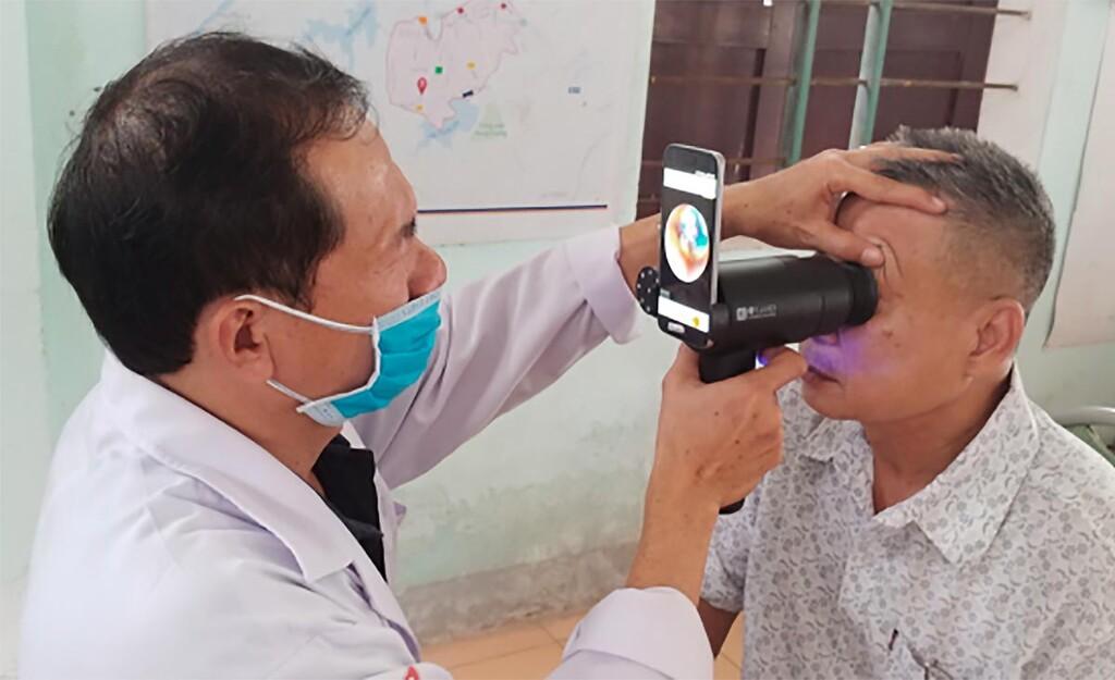 Samsung reutiliza los antiguos celulares Galaxy™ para convertirlos en escáneres de fondo de ojo