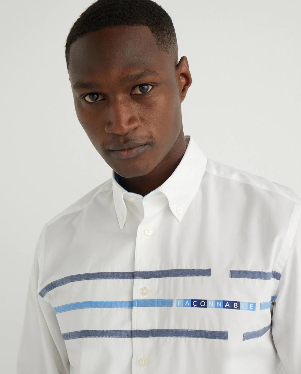 Camisa especial de popelin en color blanco, regular fit, franjas en diferentes chambray, cuello botón y logo en el pecho.