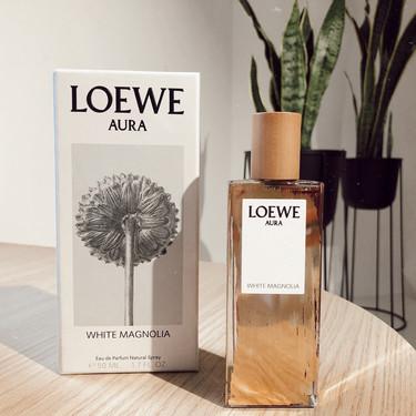 El nuevo perfume de Loewe, Aura White Magnolia, tiene aceites esenciales y algodón de azúcar pero no se pasa de dulce (lo hemos probado)