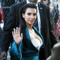 Kim Kardashian con el batín de casa de paseo. ¡Pero de Alta Costura!