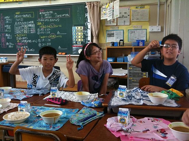 Niños japoneses comiendo