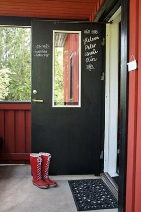 Una buena idea: pinta tu puerta de pizarra