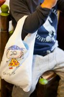 Haz una divertida bolsa reciclando una vieja camiseta de tu hijo