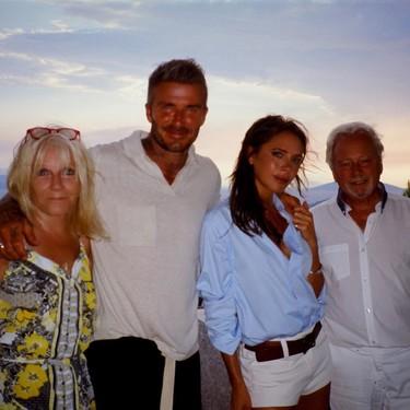 Victoria Beckham nos recuerda que los mejores looks de verano se logran con prendas de fondo de armario