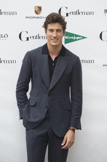 Polo y traje, la elegante combinación de Oriol Elcacho
