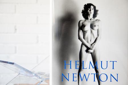 'SUMO' de Helmut Newton, una de las Biblias fotográficas que debes tener en tu biblioteca