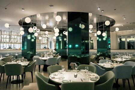 La decoración interior de este restaurante es tan refrescante como el mar