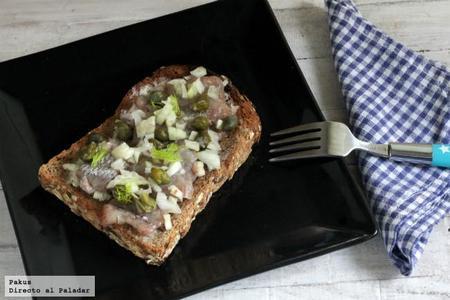 Tosta danesa de arenques o smørrebrød. Receta de aperitivo