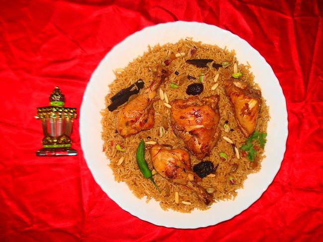 Machboos servidos en un plato.