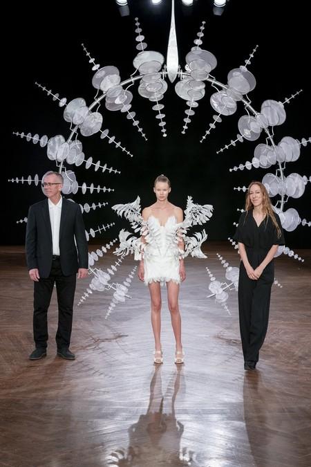 Así es el vestido de movimiento infinito que ha sorprendido en el desfile de Iris Van Herpen gracias a la innovación tecnológica