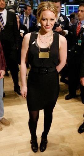 Hilary Duff hace de Carrie Bradshaw en la Bolsa de Nueva York
