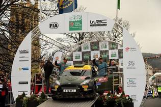 Lorenzo Bertelli prepara su salto con un Fiesta RS WRC