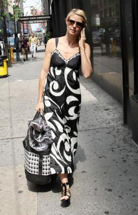 Heidi Klum, de negro y blanco