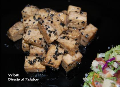Tofu con salsa de soja y sésamo negro