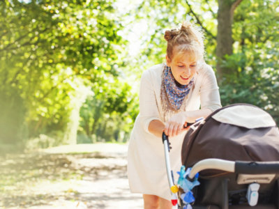 ¿Cubres el cochechito de tu bebé con una manta o una tela para protegerle del sol? No es una buena idea