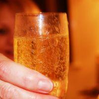 ¿Qué puede pasar si embarazada o lactando esta noche brindas con alcohol?