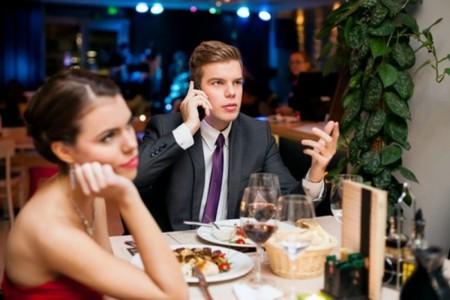 Cenando Con Movil