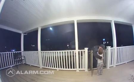 El tierno abrazo de un pequeño de dos años a un repartidor de pizza, cuya hija recientemente falleció