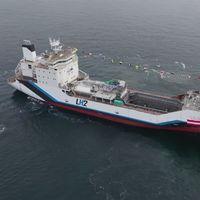 Este barco es el primero del mundo fabricado para transportar hidrógeno líquido entre Australia y Japón... y funciona con diésel