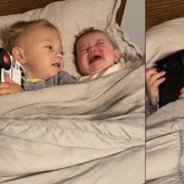 Las tiernas imágenes de un niño de dos años calmando a su hermana pequeña, de solo seis meses