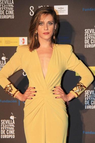 María León eclipsa a Paz Vega con un look ochentero de color amarillo en el Festival de Sevilla