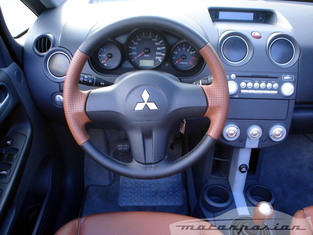 Foto de Mitsubishi Colt CZC contra Peugeot 207 CC (19/30)