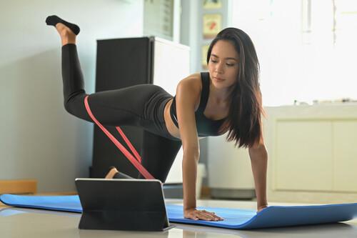 Siete ejercicios con gomas elásticas para entrenar en el salón de casa
