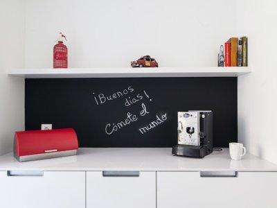 Puertas abiertas: creando un espacio multifuncional en una cocina alargada