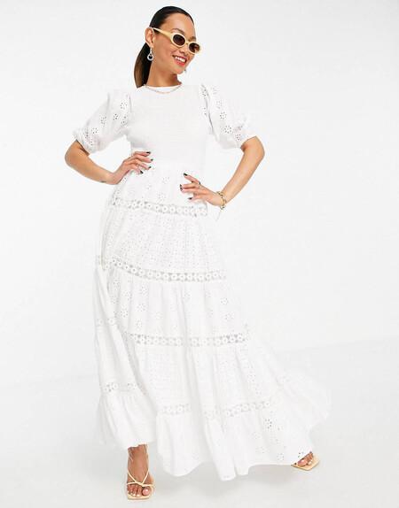 Vestido Largo Blanco Escalonado Y Fruncido Con Diseno Bordado Variado E Insertos De Encaje De Asos Design