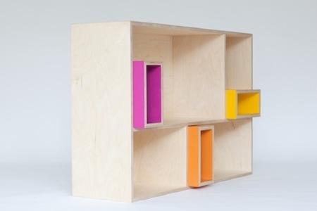 Muebles clásicos en madera natural y colores alegres para niños