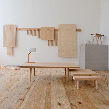 Mesas y taburetes desmontables para colgar en la pared II