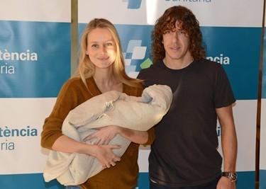 Carles Puyol y Vanesa Lorenzo presentan muy orgullosos a su hija