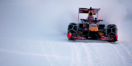 Max Verstappen esquiando al volante de un RedBull RB7