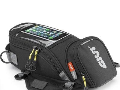 Todo lo que necesitas siempre a mano en tu moto gracias a la bolsa sobredepósito de Givi EA106B. Cuesta 32,50 euros en Amazon