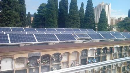Placas solares en los nichos del cementerio: la solución de ciudades como Málaga o Barcelona para producir más energía solar