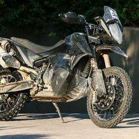La KTM 790 Adventure R ya se ha dejado ver en forma de preserie, ¡y pinta brutal!