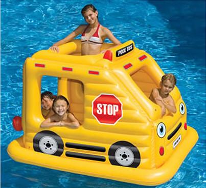 Colchoneta-piscina con forma de autobús