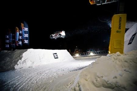 Mads Ostberg bate el record de salto más largo sobre la nieve con un coche de rally