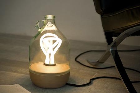 Dama, una lámpara a partir de una jarra de aceite