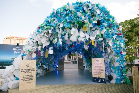 """Corona pone en marcha """"Protect Paradise"""" con una instalación de plásticos en Príncipe Pío"""