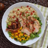 Ensalada de pollo, quinoa y cogollos. Receta saludable