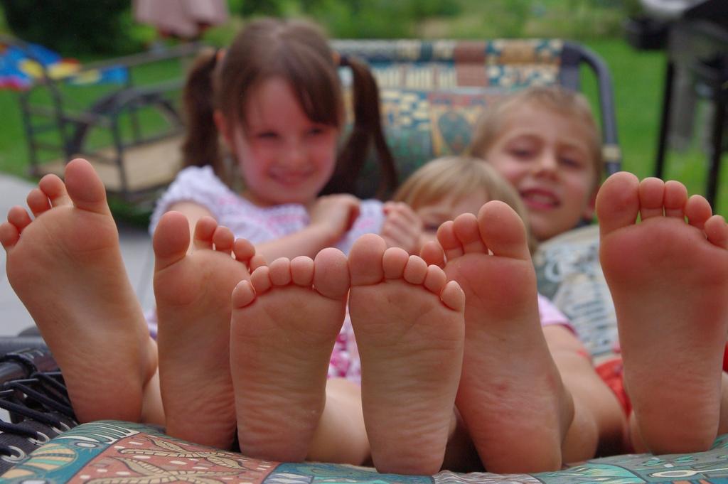 Los niños mejor descalzos: tranquilos, no se van a