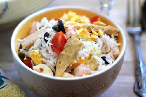 Ensalada veraniega de arroz fácil y rápida, hecha con ingredientes que siempre tenemos en casa