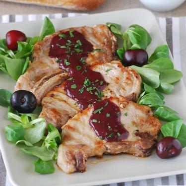 Chuletas de cerdo con salsa ahumada picante de cerezas: receta de contrastes
