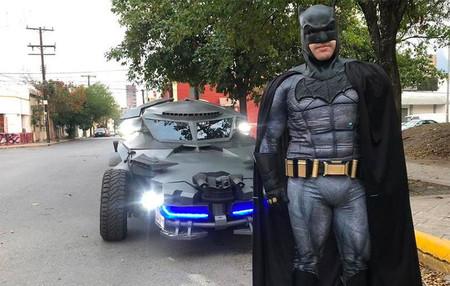 El 'Batman de Monterrey' quiere ayudar a México: creó un Batimóvil que recorre las calles pidiendo a la gente que no salga de casa