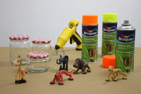 DIY: Bruguer inspira la vuelta al cole decorando tarros con juguetes pequeños