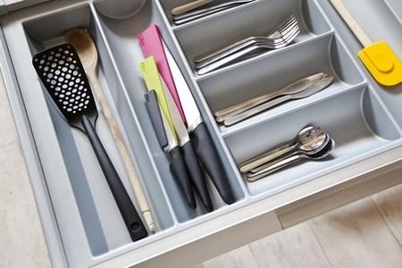 Una buena idea: accesorios de colores para cubrir el filo de los cuchillos