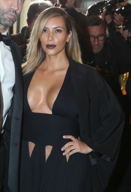 """Kim Kardashian """"sobresale"""" entre las invitadas a la fiesta de Carine Roitfeld"""