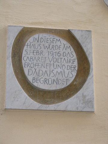 Placa situada en la pared del antiguo Cabaret Voltaire