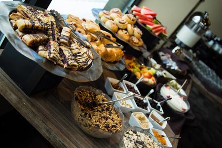 Lo que tienes que evitar (y lo que tienes que comer) en el buffet de desayuno de tu hotel para conseguir un plato saludable